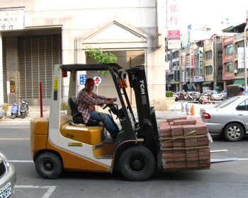 How much do forklift drivers earn?